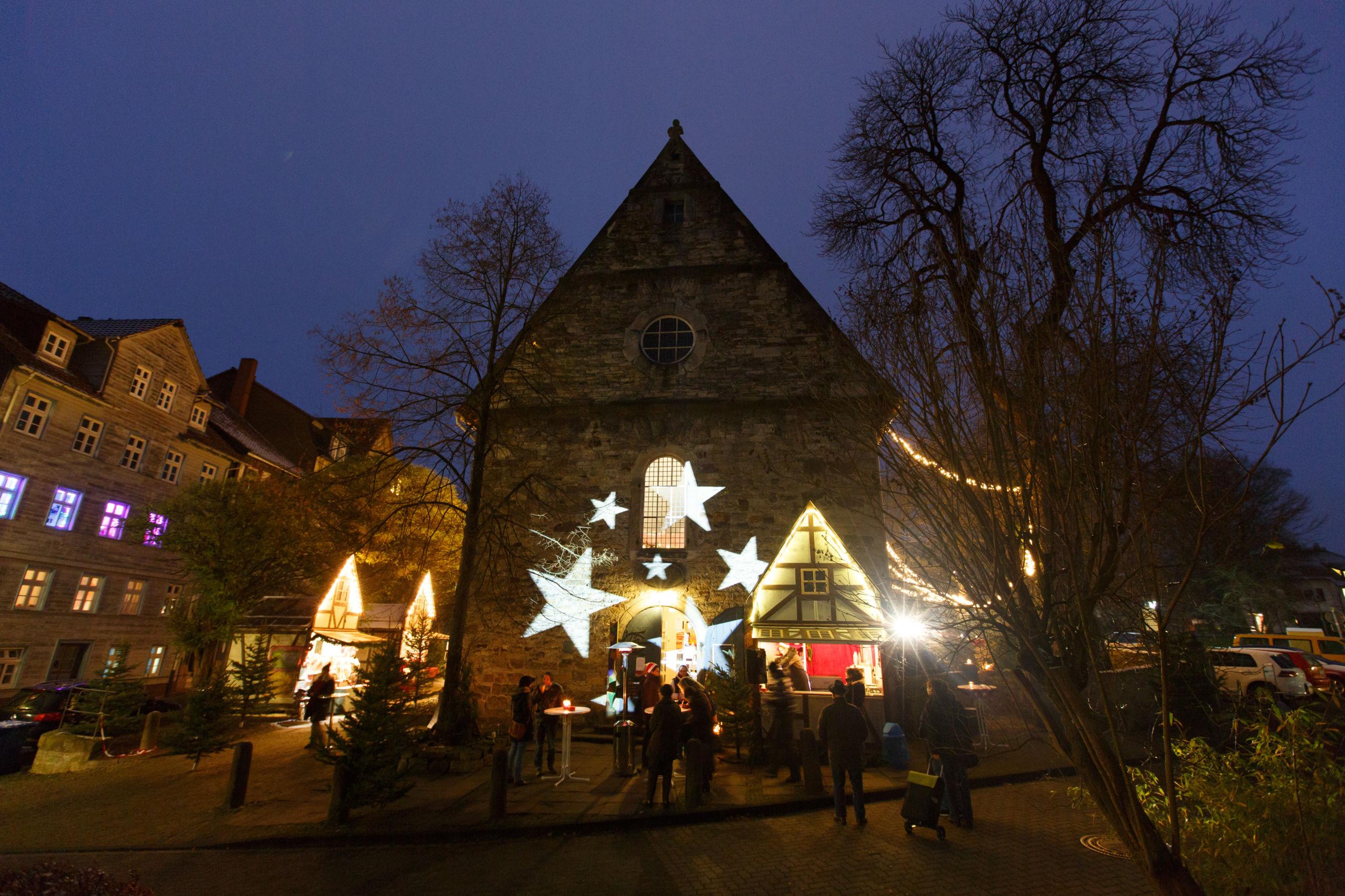 Weihnachtlich beleuchtete Aegidienkirche